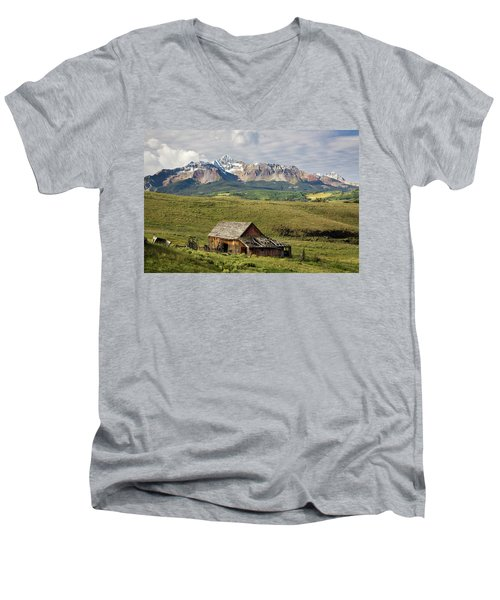 Old Barn And Wilson Peak Horizontal Men's V-Neck T-Shirt