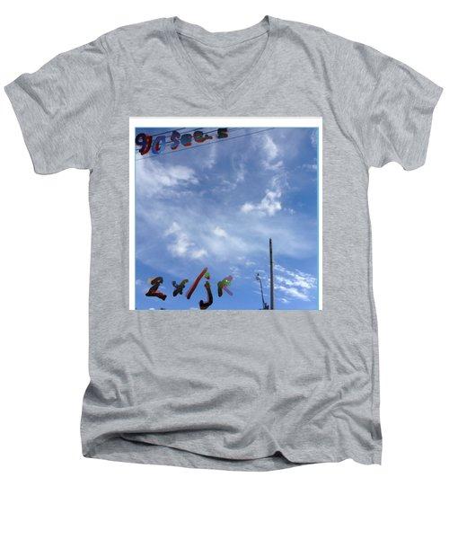Quatre Vingt Dix Seconds Deux Fois Par Jour Men's V-Neck T-Shirt