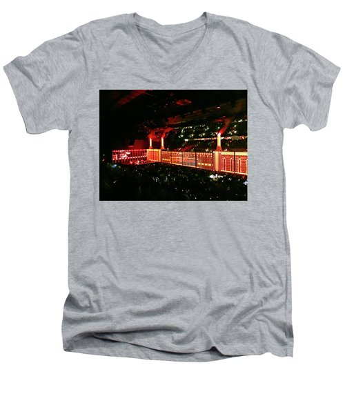 Roger Waters Tour 2017 - The Wall  Men's V-Neck T-Shirt