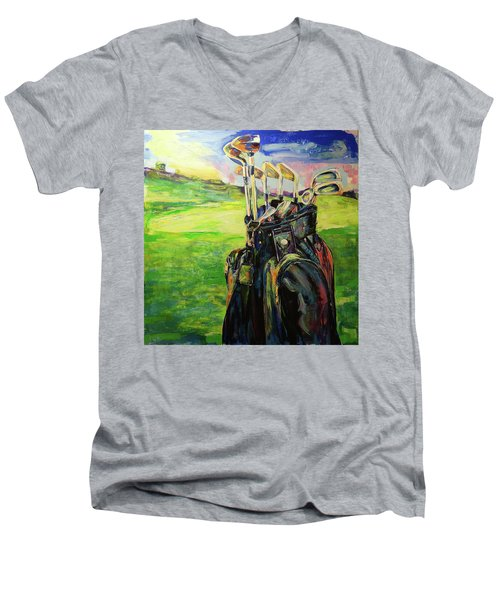 Schwarze Golftasche  Black Golf Bag Men's V-Neck T-Shirt by Koro Arandia