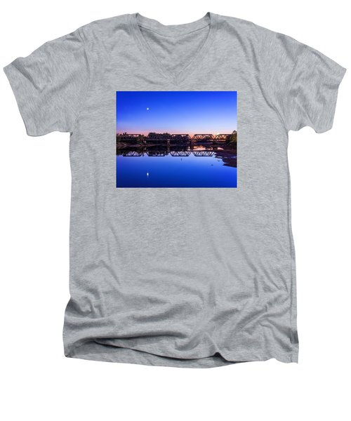 Men's V-Neck T-Shirt featuring the photograph Scioto Sunset Crossing by Alan Raasch