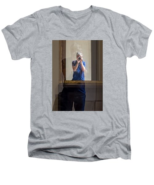 Shooting The Photographer Men's V-Neck T-Shirt