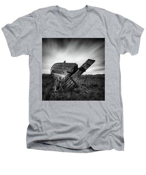 St Cyrus Wreck Men's V-Neck T-Shirt