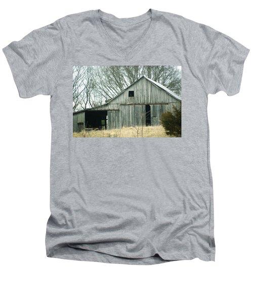 Weathered Barn In Winter Men's V-Neck T-Shirt