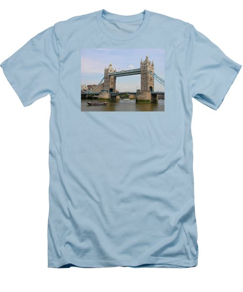 London's Tower Bridge Men's T-Shirt (Athletic Fit)