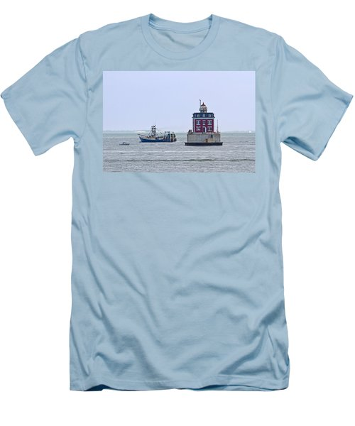 New London Ledge Lighthouse. Men's T-Shirt (Athletic Fit)