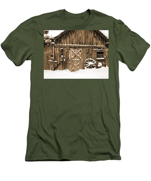 Snowy Old Barn Men's T-Shirt (Athletic Fit)