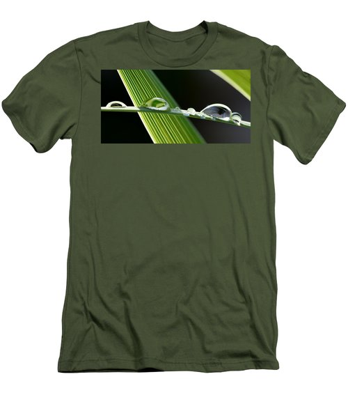 Big Rain Drops On Leaf Men's T-Shirt (Athletic Fit)