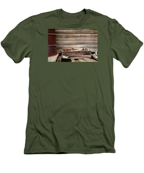 An Old Wooden Toolbox Men's T-Shirt (Slim Fit)