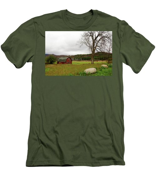 The Old Barn With Tree Men's T-Shirt (Athletic Fit)
