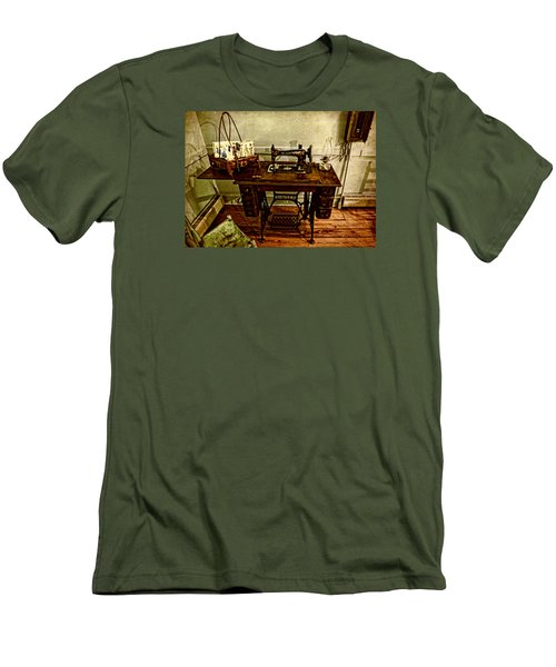 Vintage Singer Sewing Machine Men's T-Shirt (Slim Fit) by Judy Vincent