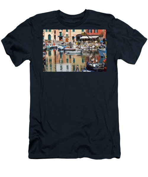 fishing boats in Camogli  Men's T-Shirt (Athletic Fit)