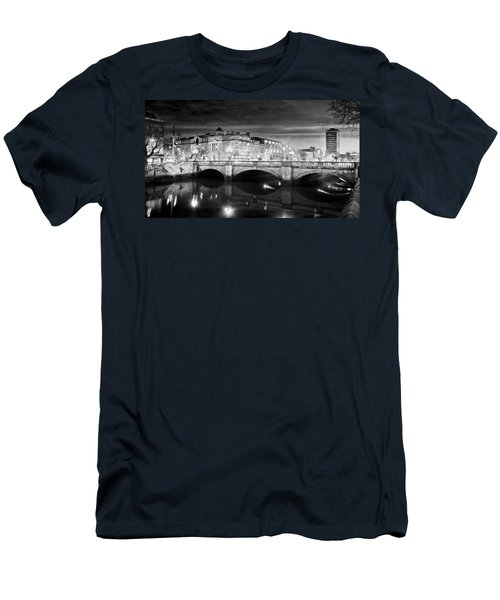 O Connell Bridge At Night - Dublin - Black And White Men's T-Shirt (Athletic Fit)