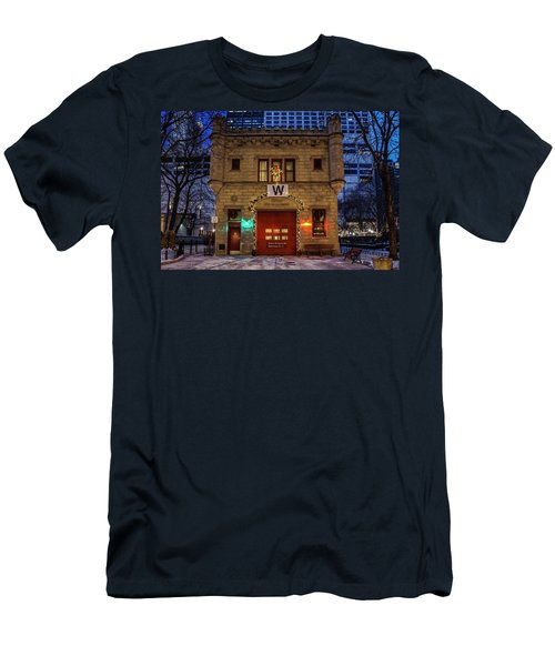 Vintage Chicago Firehouse With Xmas Lights And W Flag Men's T-Shirt (Athletic Fit)