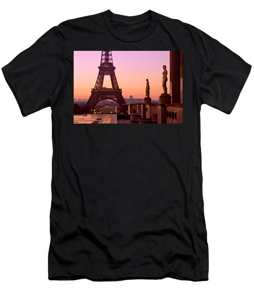 Eiffel Tower At Dawn / Paris Men's T-Shirt (Athletic Fit)