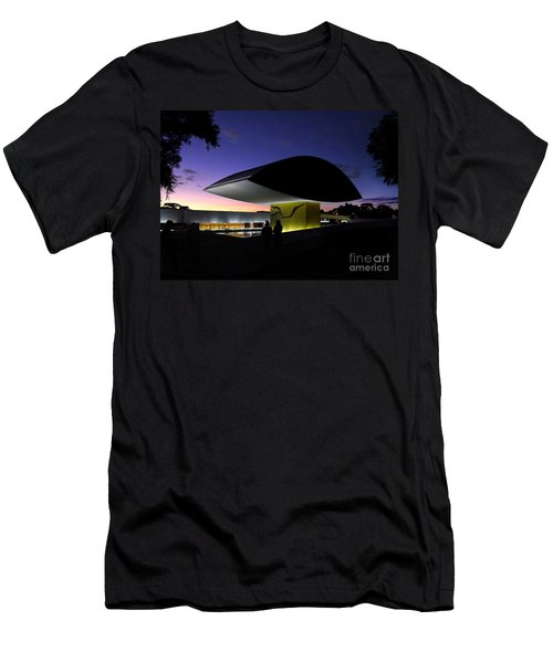 Curitiba - Museu Oscar Niemeyer Men's T-Shirt (Athletic Fit)