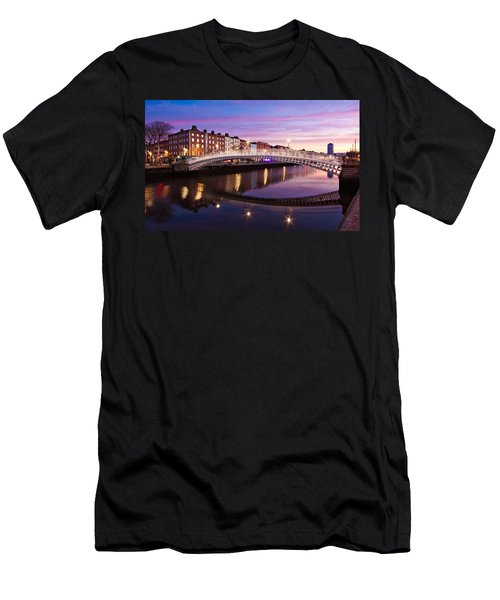 Hapenny Bridge At Dawn - Dublin Men's T-Shirt (Athletic Fit)