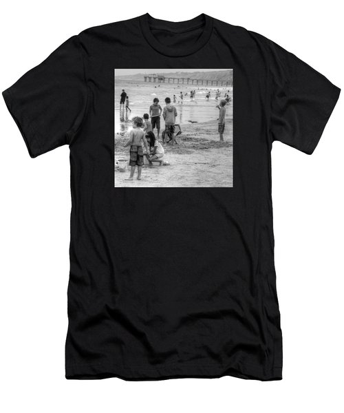 Kids At Beach Men's T-Shirt (Athletic Fit)