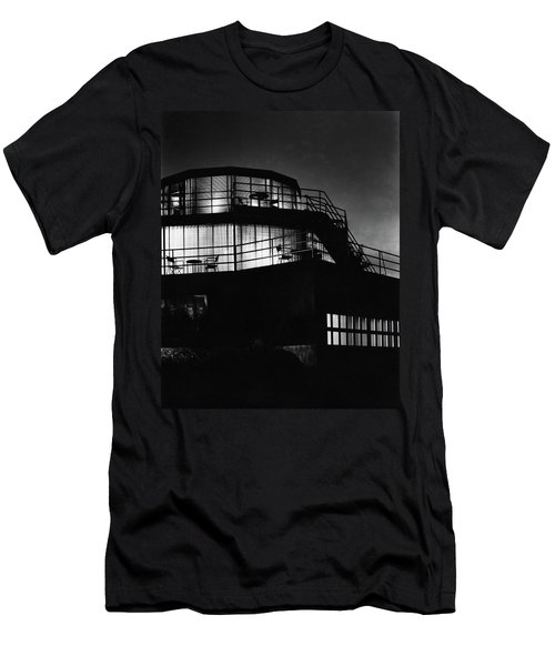 The Exterior Of A Spiral House Design At Night Men's T-Shirt (Athletic Fit)