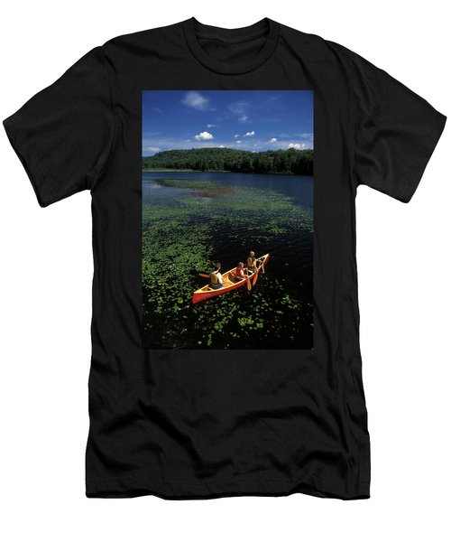 Young Family Canoeing On Lake Men's T-Shirt (Athletic Fit)