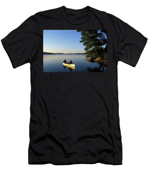 Young Family Canoeing On Smoke Lake Men's T-Shirt (Athletic Fit)