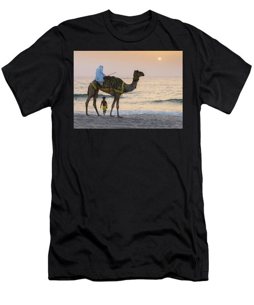 Little Boy Stares In Amazement At A Camel Riding On Marina Beach In Dubai, United Arab Emirates -  Men's T-Shirt (Athletic Fit)
