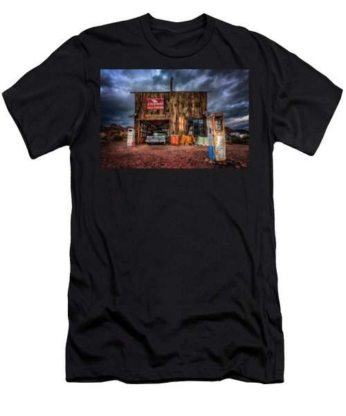 Nelson Nevada, Weathered Garage, Car, And Gas Pump Men's T-Shirt (Athletic Fit)
