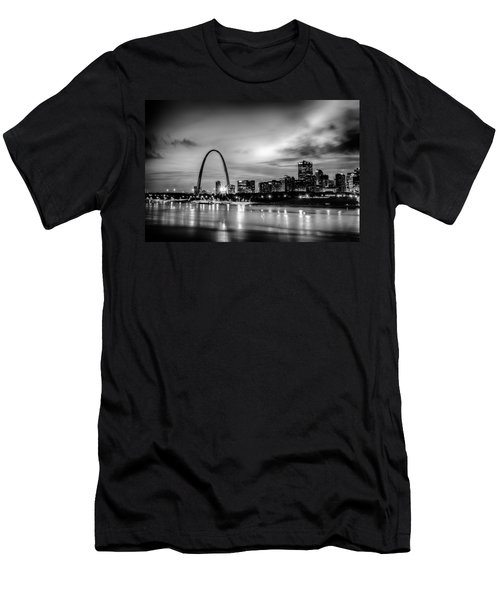 City Of St. Louis Skyline. Image Of St. Louis Downtown With Gate Men's T-Shirt (Athletic Fit)