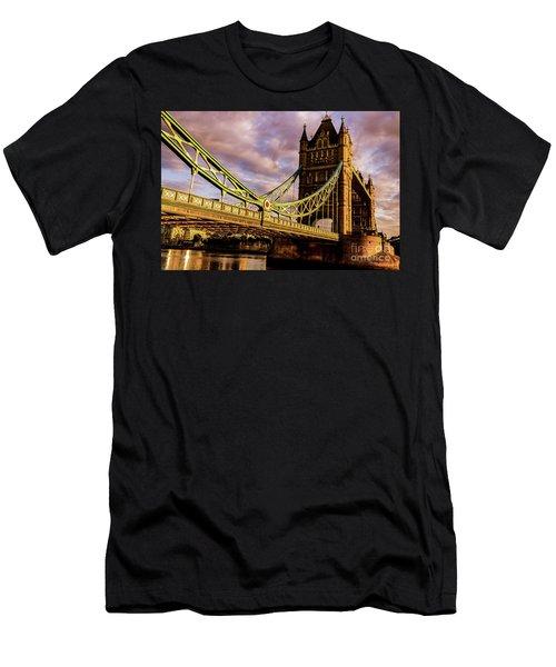 London Tower Bridge. Men's T-Shirt (Athletic Fit)