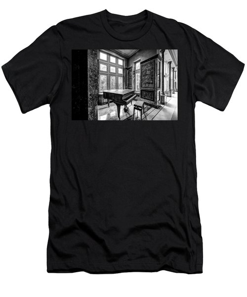 Abandoned Piano Monochroom- Urban Exploration Men's T-Shirt (Athletic Fit)