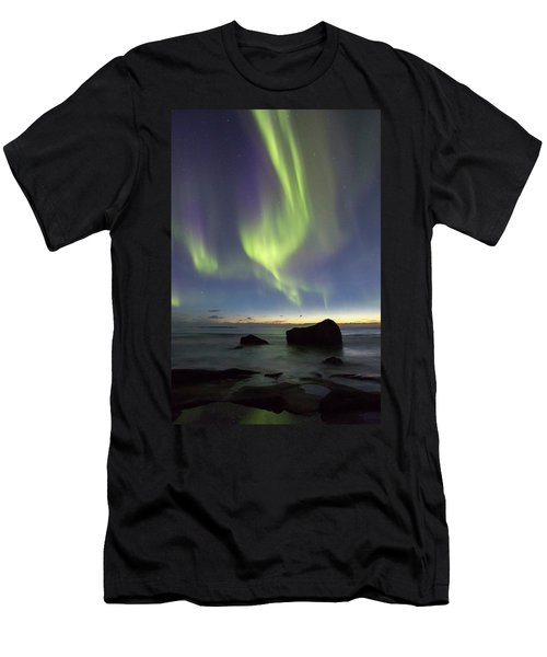 Aurora At Uttakleiv Men's T-Shirt (Athletic Fit)