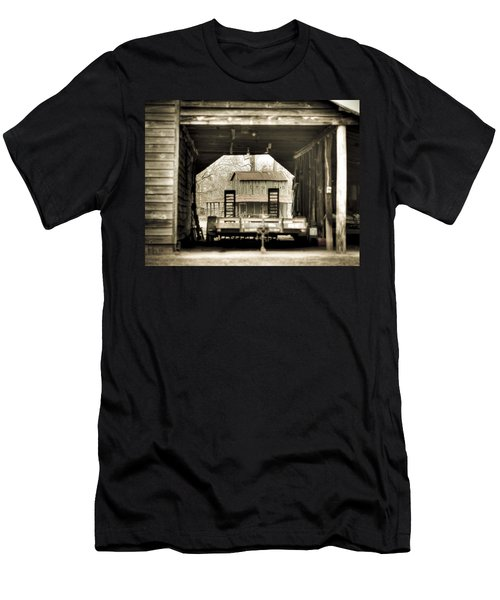 Barn Through A Barn Men's T-Shirt (Athletic Fit)