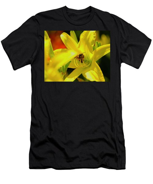 Bee On Yellow Lilly Men's T-Shirt (Athletic Fit)