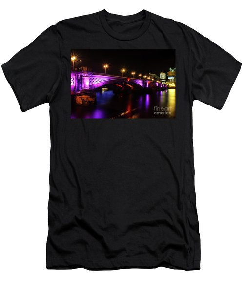 Blackfriars Bridge Illuminated In Purple Men's T-Shirt (Athletic Fit)