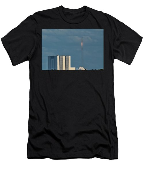 Falcon 9 Launch Men's T-Shirt (Athletic Fit)