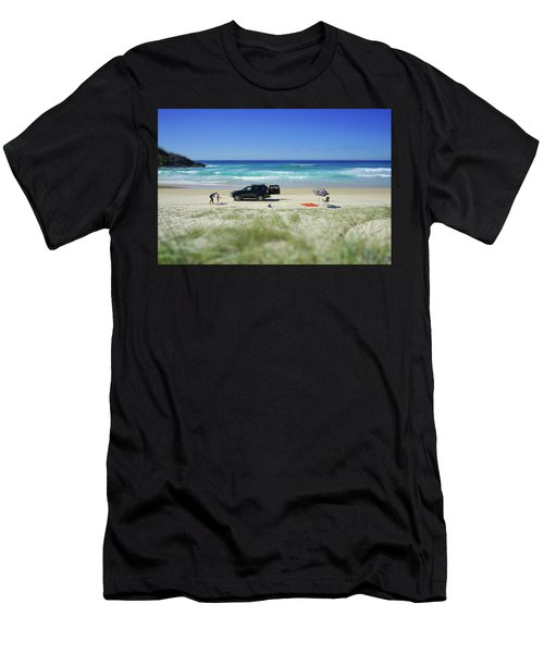 Family Day On Beach With 4wd Car  Men's T-Shirt (Athletic Fit)