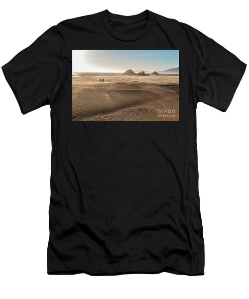 Family Walking On Sand Towards Ocean Men's T-Shirt (Athletic Fit)