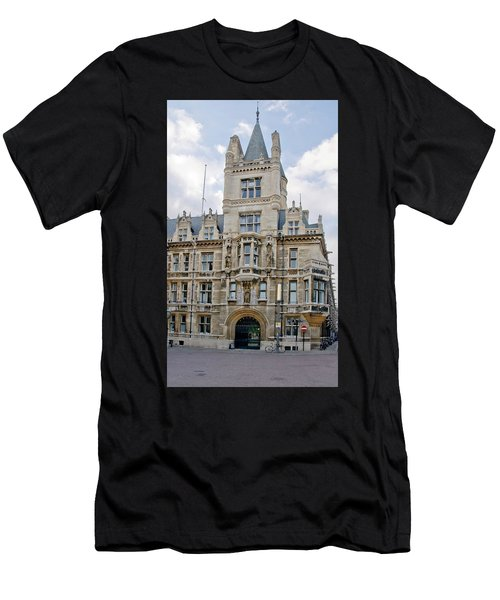 Gonville And Caius College. Cambridge. Men's T-Shirt (Athletic Fit)