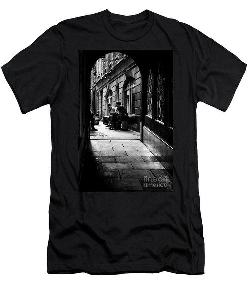 London Backstreet Alley Men's T-Shirt (Athletic Fit)