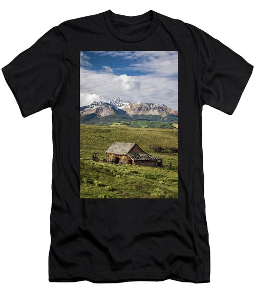 Old Barn And Wilson Peak Vertical Men's T-Shirt (Athletic Fit)