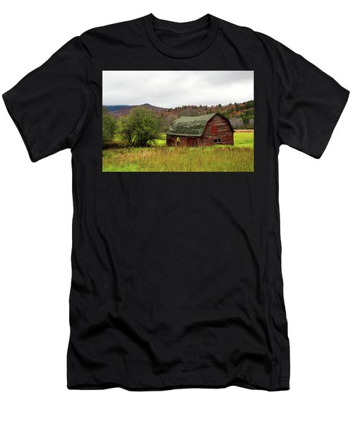 Old Red Adirondack Barn Men's T-Shirt (Athletic Fit)