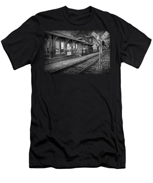 Old Train Station With Crossing Sign In Black And White Men's T-Shirt (Athletic Fit)