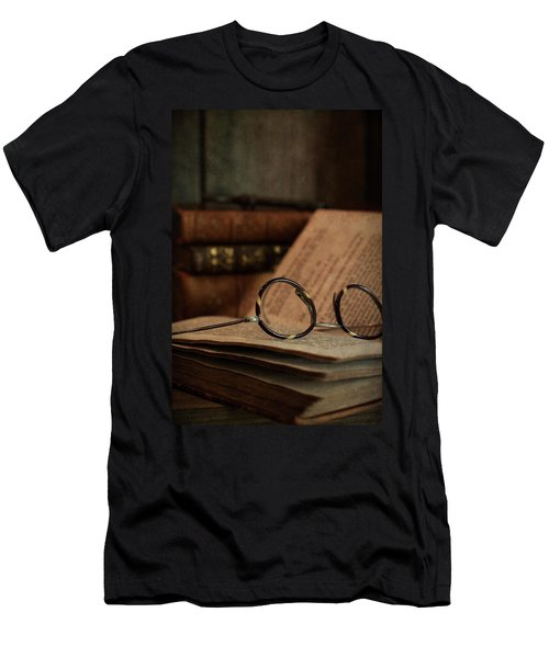 Old Vintage Books With Reading Glasses Men's T-Shirt (Athletic Fit)