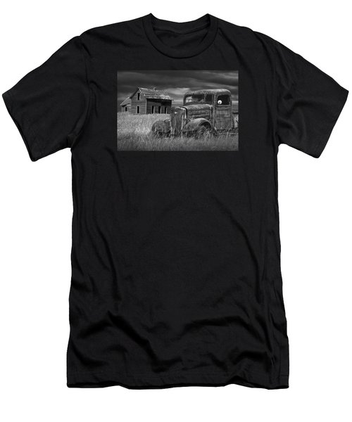 Old Vintage Pickup In Black And White By An Abandoned Farm House Men's T-Shirt (Athletic Fit)