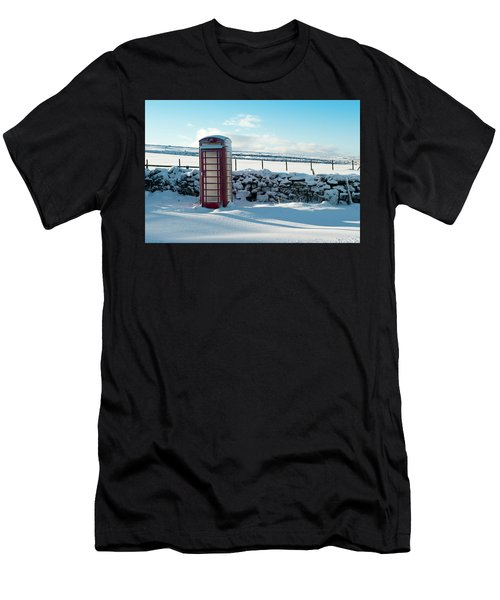 Red Telephone Box In The Snow V Men's T-Shirt (Athletic Fit)
