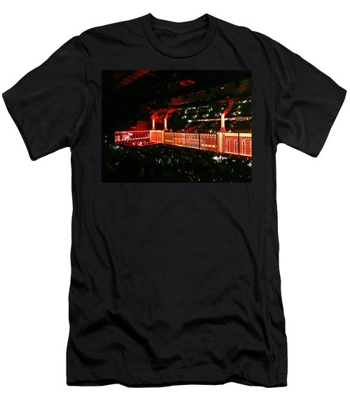 Roger Waters Tour 2017 - The Wall  Men's T-Shirt (Athletic Fit)