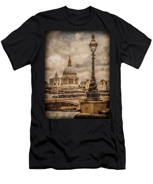 London, England - Saint Paul's Men's T-Shirt (Athletic Fit)