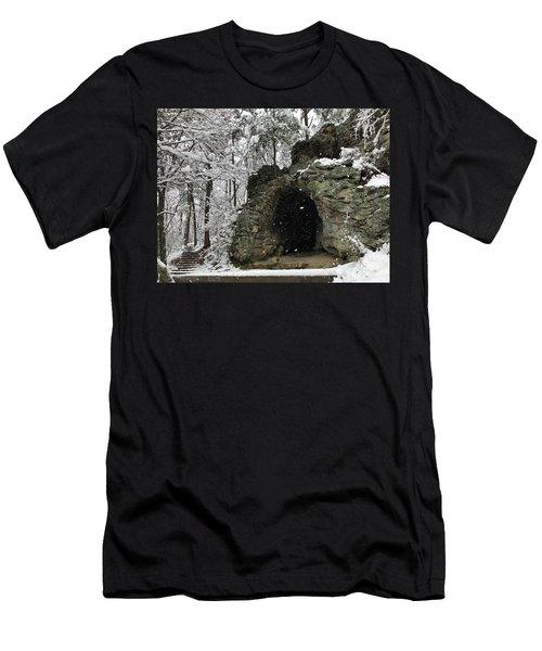 Snowy Torys Den Men's T-Shirt (Athletic Fit)