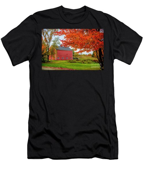 Splendid Red Barn In The Fall Men's T-Shirt (Athletic Fit)