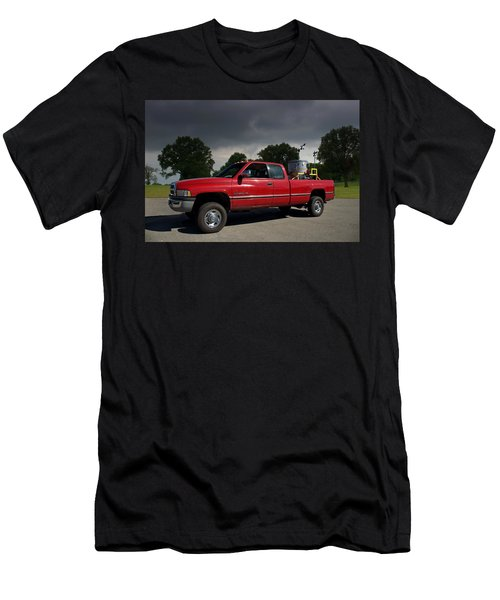 Twisters Movie Pickup With Dorothy Men's T-Shirt (Athletic Fit)
